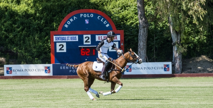Harry di Windsor   in una fase della partita giocata al Polo Club di Roma